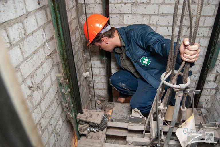 В девятиэтажных домах Россоши продолжится замена лифтового оборудования