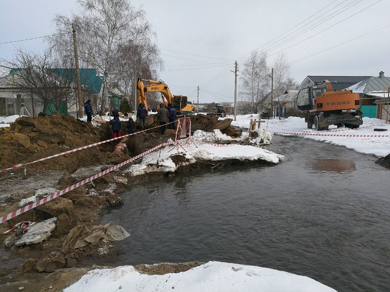 Коммунальщики устраняют крупную аварию на коллекторе в районе улицы М. Горького
