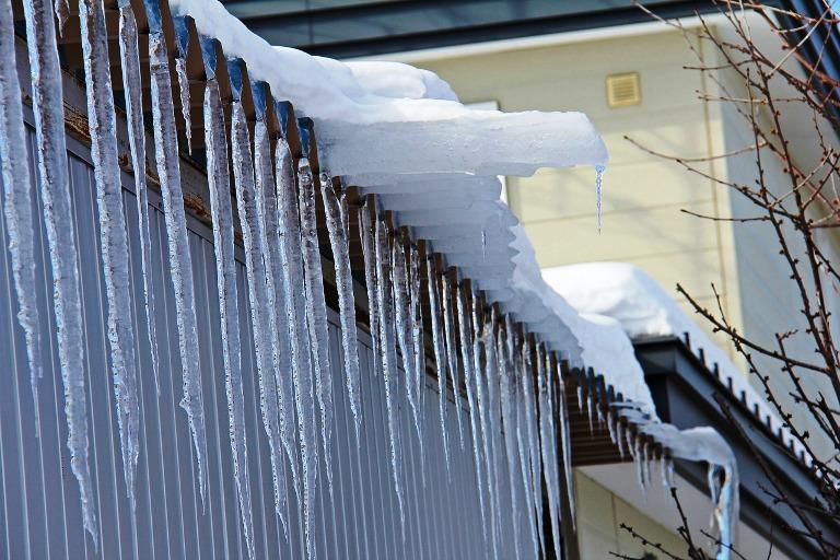 Куда обратиться, если на крышах домов образовались опасные снежные массы и заснежены тротуары и территории дворов